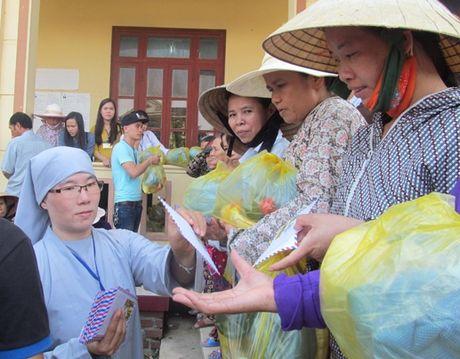 Chua Tu Van ho tro nguoi dan vung lu Quang Binh - Anh 3