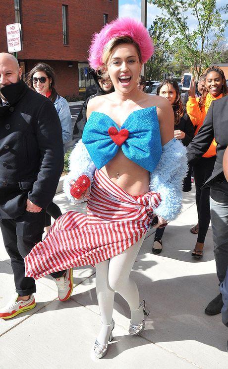 Miley Cyrus dien trang phuc quai di ung ho Hillary Clinton - Anh 1