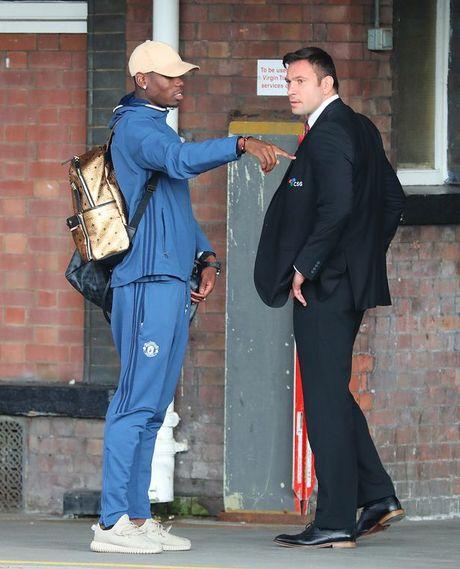 Doi hinh MU hanh quan den London: Rooney 'mat tich' - Anh 4