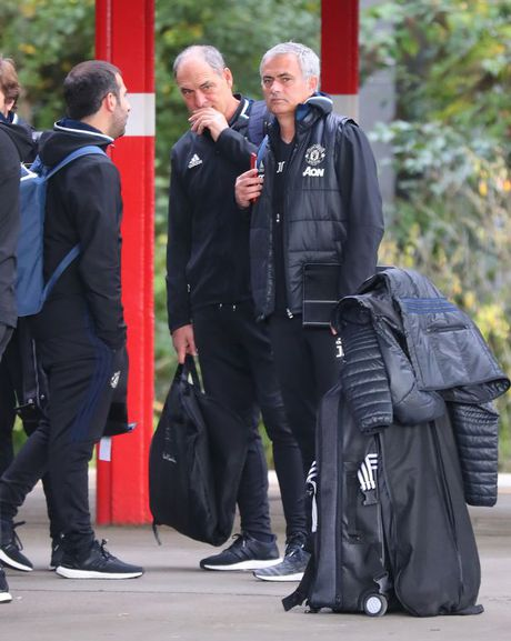 Doi hinh MU hanh quan den London: Rooney 'mat tich' - Anh 5
