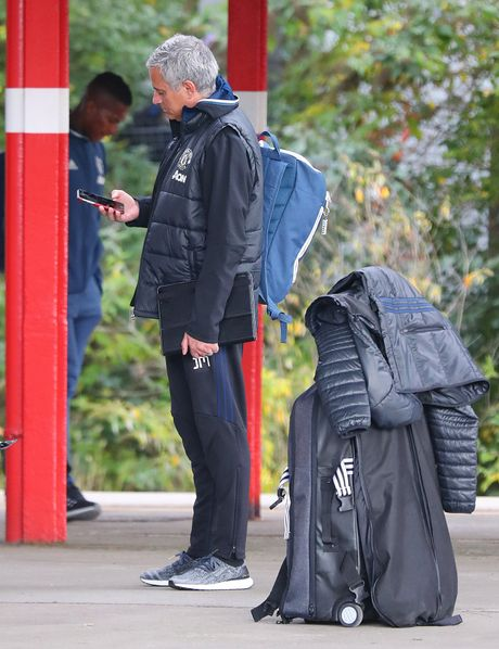 Doi hinh MU hanh quan den London: Rooney 'mat tich' - Anh 9
