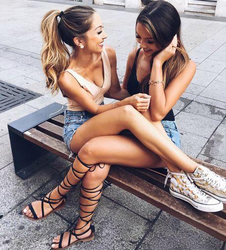 Doi ban than hot girl 'nam tay nhau di khap the gian' - Anh 7