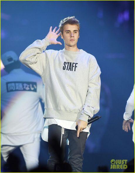 Justin Bieber bi nguoi ham mo ngo lo khi dang tam su - Anh 1