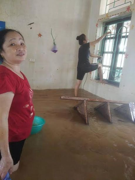 Co giao dam minh trong nuoc lu ve sinh lop hoc - Anh 5