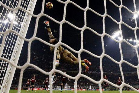 Donnarumma cuu thua sieu dang o giay cuoi cung, giup Milan ha Juventus - Anh 1