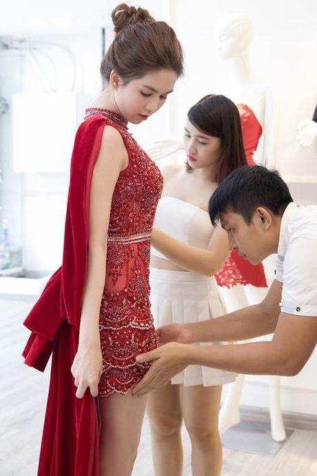 Chang may khi duoc moi du su kien sang, Ngoc Trinh chung to dang cap qua vay ao - Anh 2