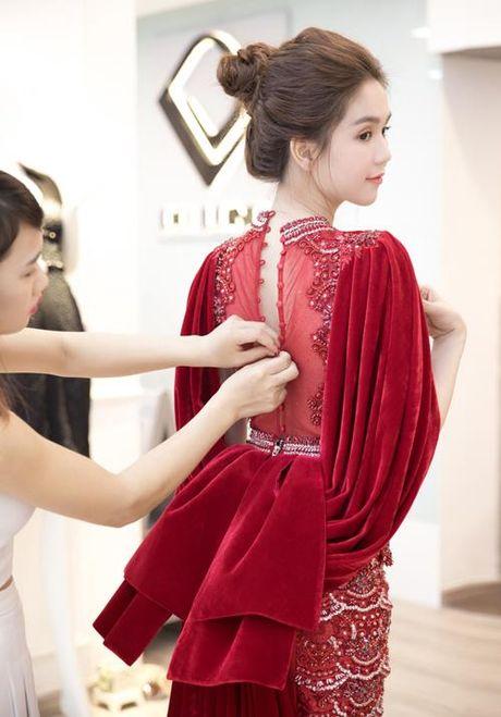 Chang may khi duoc moi du su kien sang, Ngoc Trinh chung to dang cap qua vay ao - Anh 3