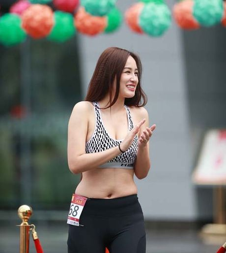 Mai Phuong Thuy bi 'boc me' chinh anh de che vong eo ngan mo - Anh 1