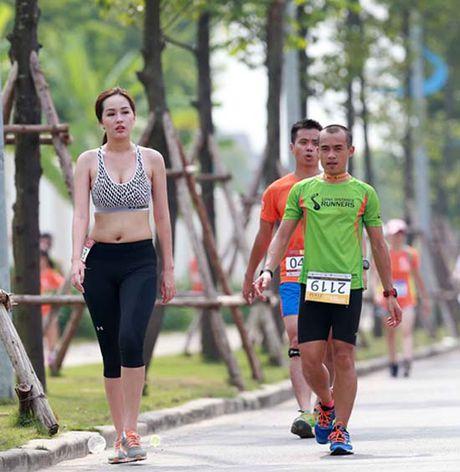 Mai Phuong Thuy bi 'boc me' chinh anh de che vong eo ngan mo - Anh 4