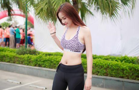 Mai Phuong Thuy bi 'boc me' chinh anh de che vong eo ngan mo - Anh 6
