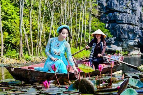 Mai Thu Huyen dep 'khong goc chet' ben hoa sung no ro - Anh 1