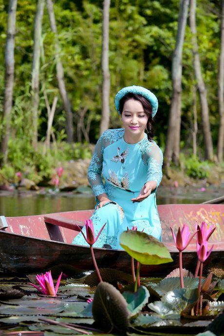 Mai Thu Huyen dep 'khong goc chet' ben hoa sung no ro - Anh 3