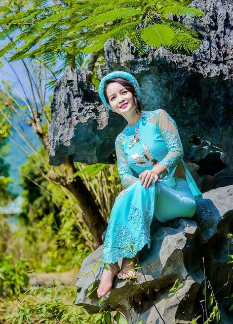Mai Thu Huyen dep 'khong goc chet' ben hoa sung no ro - Anh 4