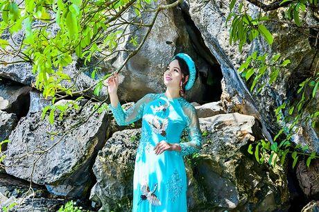 Mai Thu Huyen dep 'khong goc chet' ben hoa sung no ro - Anh 6