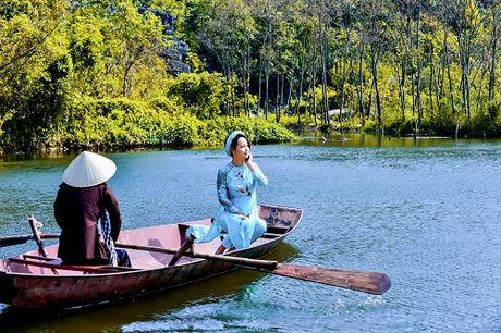 Mai Thu Huyen dep 'khong goc chet' ben hoa sung no ro - Anh 7