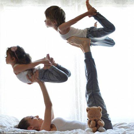 Man nhan xem ba me con tap yoga tap the - Anh 1