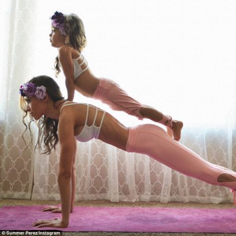 Man nhan xem ba me con tap yoga tap the - Anh 3