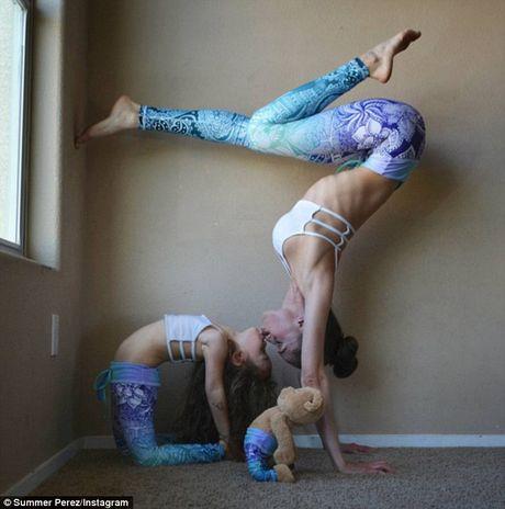 Man nhan xem ba me con tap yoga tap the - Anh 5