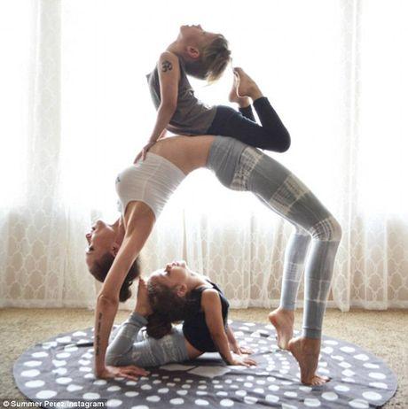 Man nhan xem ba me con tap yoga tap the - Anh 6