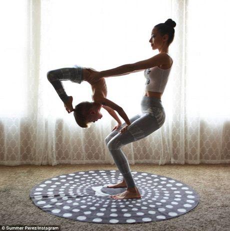 Man nhan xem ba me con tap yoga tap the - Anh 7