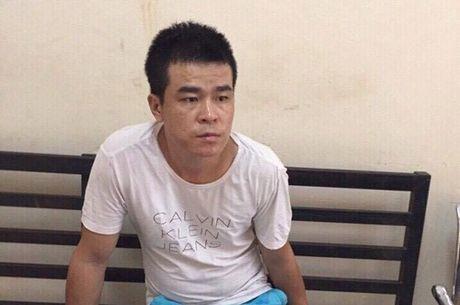 Canh sat co dong bat giu doi tuong tang tru sung trai phep - Anh 1