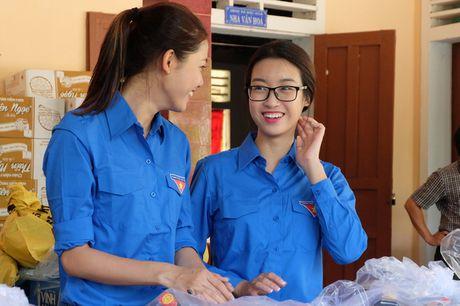 Hoa hau My Linh, A hau Thanh Tu van dong quyen gop 330 trieu cho dong bao lu lut - Anh 1