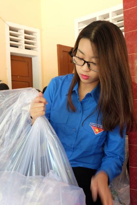 Hoa hau My Linh, A hau Thanh Tu van dong quyen gop 330 trieu cho dong bao lu lut - Anh 2