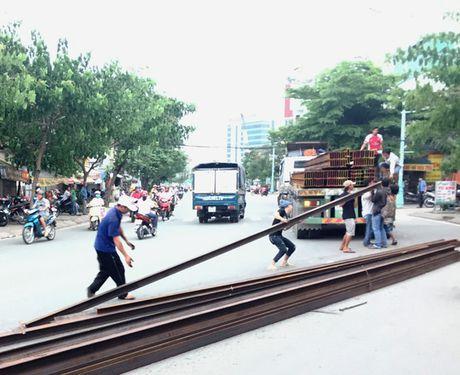 Hang chuc thanh sat lao khoi xe dau keo o TP HCM - Anh 1