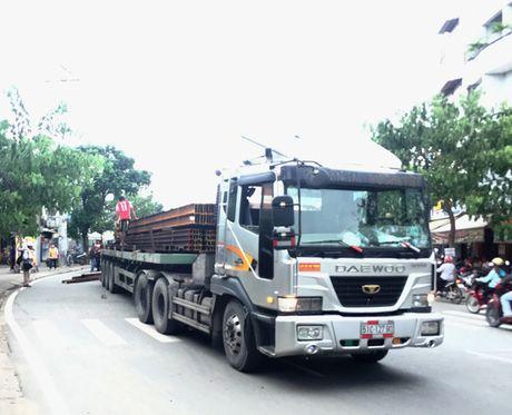 Hang chuc thanh sat lao khoi xe dau keo o TP HCM - Anh 2