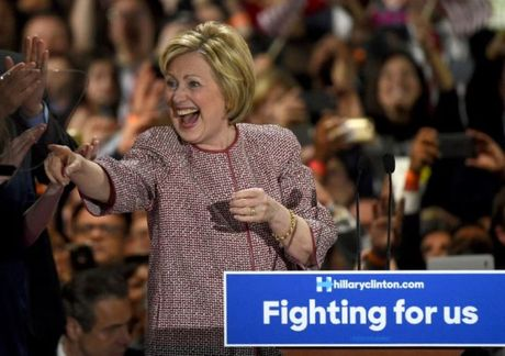 Bo ong Trump sang mot ben, ba Clinton huong toi muc tieu moi - Anh 1