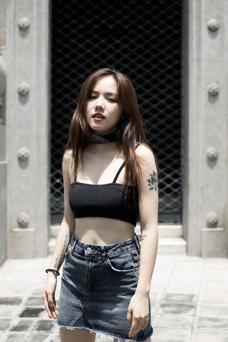 Phuong Ly mix 3 kieu voi ao nguc the thao - Anh 4