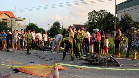 Quang Ninh: Hai xe may doi dau lam 2 nguoi chet, 1 nguoi bi thuong - Anh 1