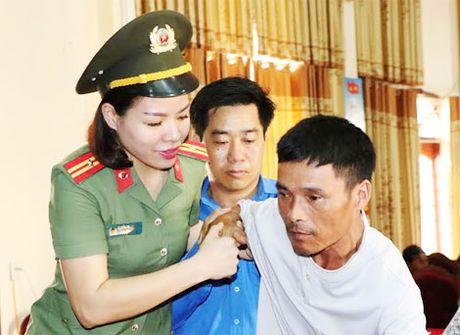 1.000 phan qua den voi nguoi dan vung lu huyen Vu Quang - Anh 1