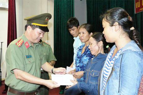 1.000 phan qua den voi nguoi dan vung lu huyen Vu Quang - Anh 2