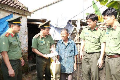 1.000 phan qua den voi nguoi dan vung lu huyen Vu Quang - Anh 3