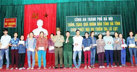 1.000 phan qua den voi nguoi dan vung lu huyen Vu Quang - Anh 4