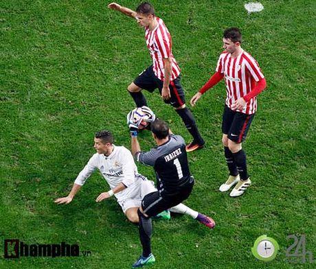 Noi buon Ronaldo & nu hon cua fan nu xinh Bilbao - Anh 12
