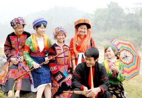 Len Ha Giang kham pha phien cho 'ngoai tinh' cong khai - Anh 2