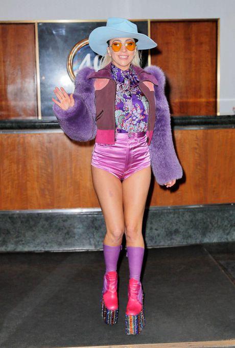 Lady Gaga va nhung trang phuc 'nong' nhat tuan qua - Anh 7