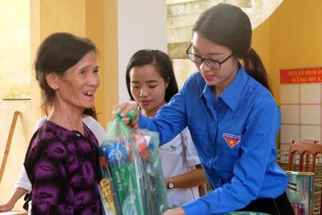 My Linh, Thanh Tu gian di trong mau ao xanh tinh nguyen di cuu tro dong bao lu lut - Anh 10