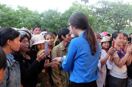 My Linh, Thanh Tu gian di trong mau ao xanh tinh nguyen di cuu tro dong bao lu lut - Anh 12