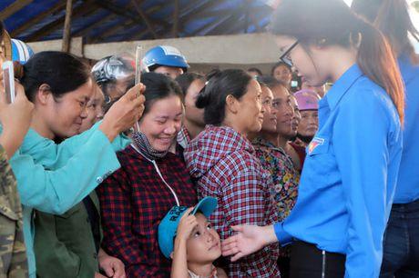 My Linh, Thanh Tu gian di trong mau ao xanh tinh nguyen di cuu tro dong bao lu lut - Anh 13