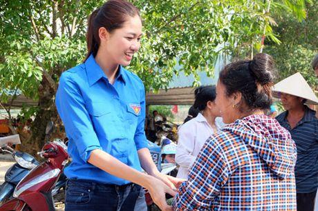 My Linh, Thanh Tu gian di trong mau ao xanh tinh nguyen di cuu tro dong bao lu lut - Anh 14