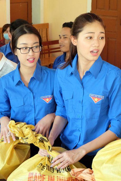 My Linh, Thanh Tu gian di trong mau ao xanh tinh nguyen di cuu tro dong bao lu lut - Anh 5