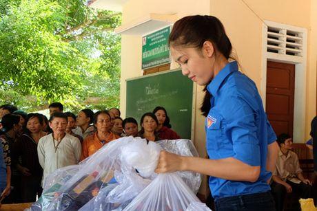 My Linh, Thanh Tu gian di trong mau ao xanh tinh nguyen di cuu tro dong bao lu lut - Anh 7