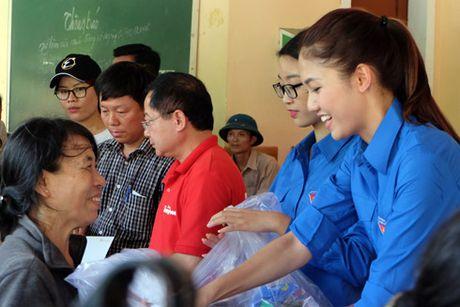 My Linh, Thanh Tu gian di trong mau ao xanh tinh nguyen di cuu tro dong bao lu lut - Anh 9