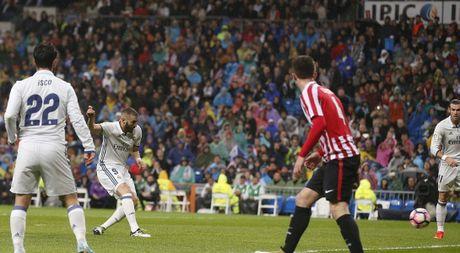 Real Madrid lay ngoi dau bang tu tay Barcelona - Anh 1
