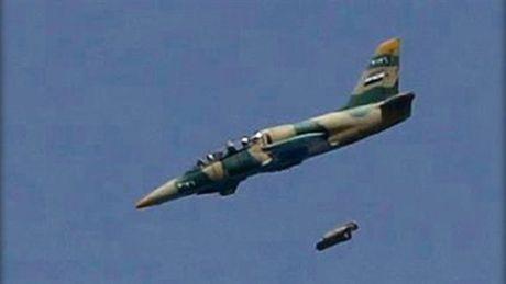 Khong quan Syria doi bom ac liet diet hon 50 tay sung IS - Anh 1