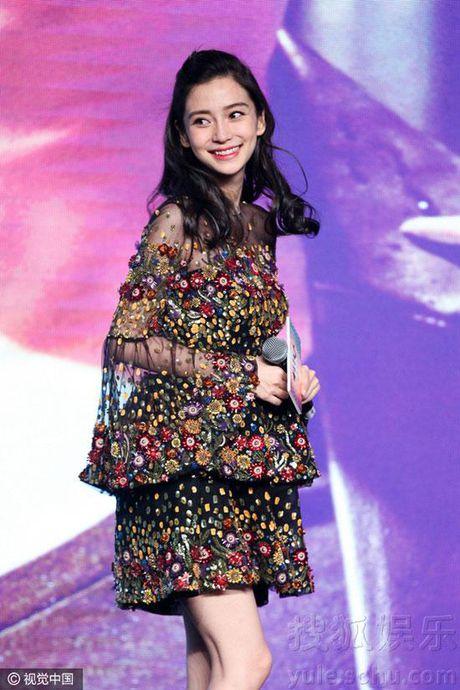 Ba bau Angelababy duoc Luong Trieu Vy, Kim Thanh Vu nang niu - Anh 3