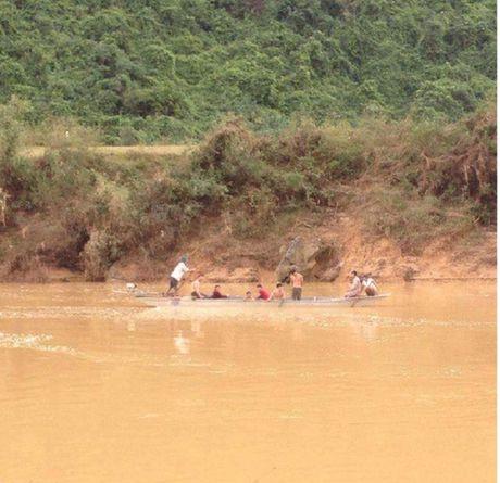 Quang Binh: Di qua dap tran den lop, mot hoc sinh bi nuoc cuon troi - Anh 1
